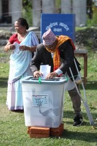 नयाँ चरणको स्थानीय तहको पहिलो निर्वाचन-२०७४ वैशाख ३१ मा मताधिकार प्रयोग गर्दै अपाङ्गता भएका र शारीरिकरूपमा अशक्तता भएका नागरिकहरू तस्बिर साैजन्यः  शम्भु घिमिरे